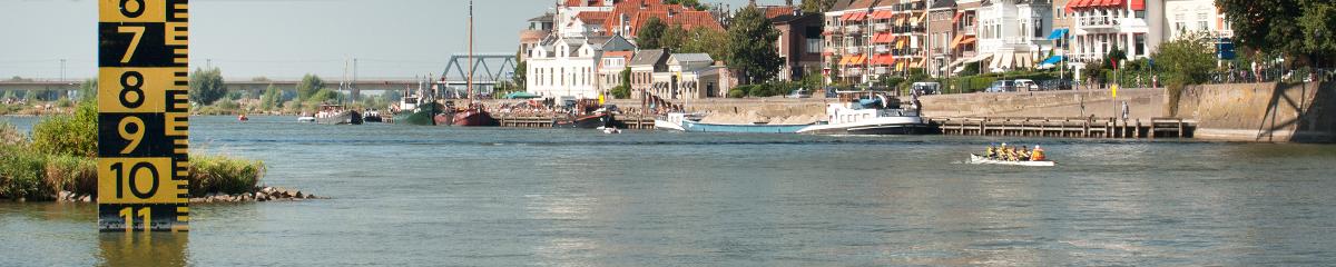 Daventria roeit op de IJssel bij Deventer
